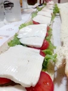Queijo branco no pão de metro