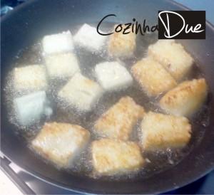 Dadinho de tapioca fritando